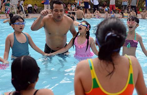 Mang xe đưa đón, dạy bơi miễn phí cho trẻ - 2