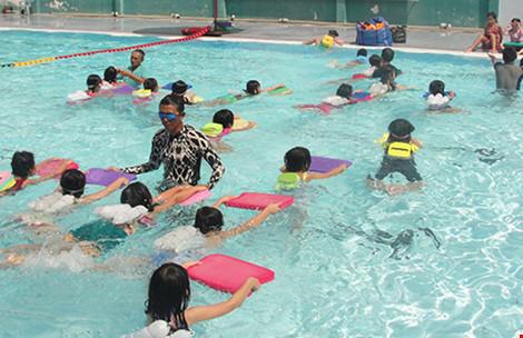 Mang xe đưa đón, dạy bơi miễn phí cho trẻ - 1