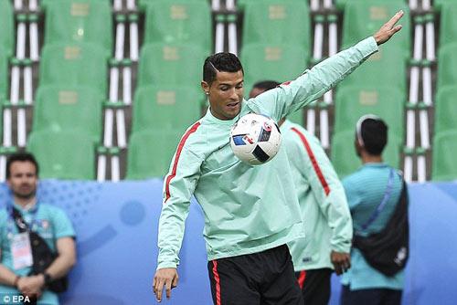 """""""Vua bóng đá"""" Pele: Ronaldo bây giờ hay hơn Messi - 1"""