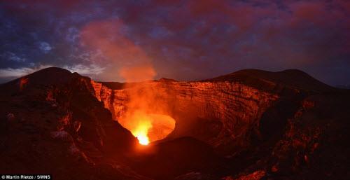 Khám phá hồ dung nham núi lửa nóng tới 1.000 độ C - 2