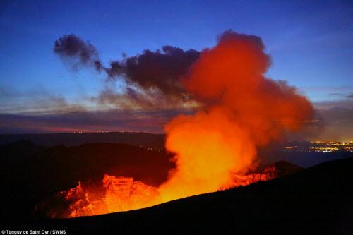 Khám phá hồ dung nham núi lửa nóng tới 1.000 độ C - 4