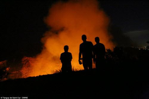 Khám phá hồ dung nham núi lửa nóng tới 1.000 độ C - 5