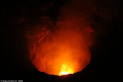 Khám phá hồ dung nham núi lửa nóng tới 1.000 độ C - 6