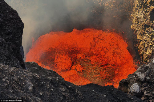 Khám phá hồ dung nham núi lửa nóng tới 1.000 độ C - 7