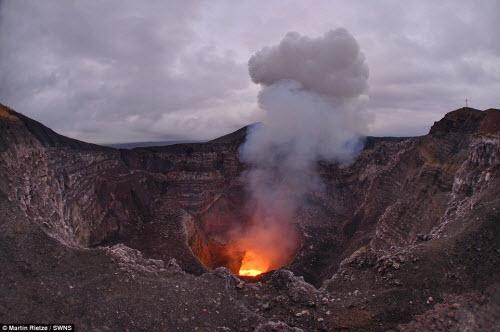 Khám phá hồ dung nham núi lửa nóng tới 1.000 độ C - 9