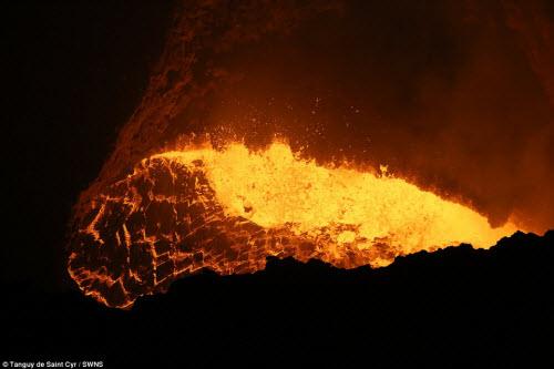 Khám phá hồ dung nham núi lửa nóng tới 1.000 độ C - 10