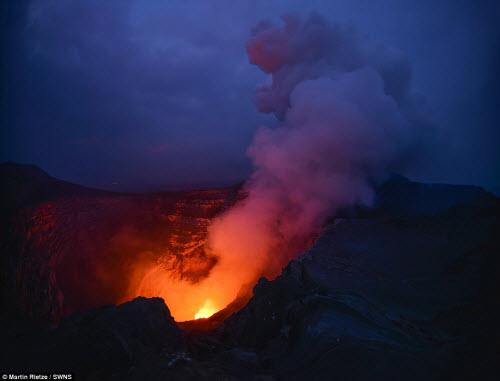 Khám phá hồ dung nham núi lửa nóng tới 1.000 độ C - 11