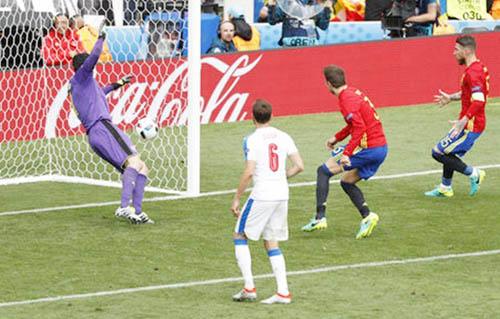 """Ảnh đẹp Euro 14/6: Bỉ ôm hận trước """"vua phản công"""" Italia - 8"""