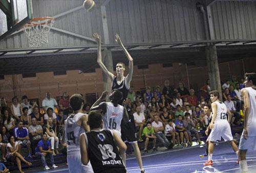 """""""Sếu vườn"""" bóng rổ 2m30 khiến Real, Barca để mắt - 4"""