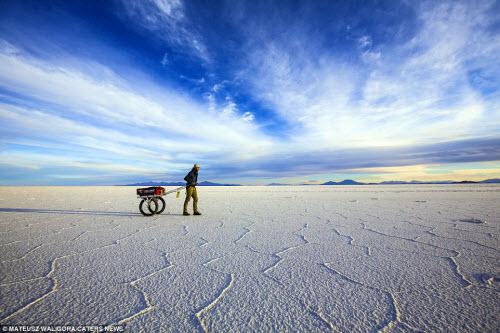 """""""Soái ca"""" một mình khám phá sa mạc muối lớn nhất TG - 1"""