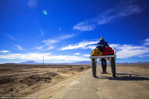 """""""Soái ca"""" một mình khám phá sa mạc muối lớn nhất TG - 2"""