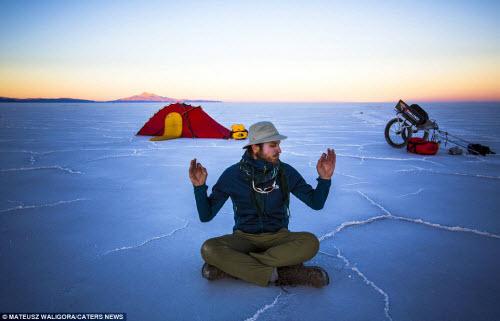 """""""Soái ca"""" một mình khám phá sa mạc muối lớn nhất TG - 3"""