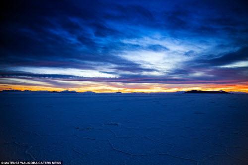 """""""Soái ca"""" một mình khám phá sa mạc muối lớn nhất TG - 7"""