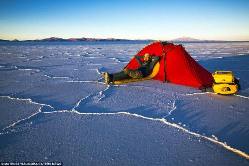 """""""Soái ca"""" một mình khám phá sa mạc muối lớn nhất TG - 8"""