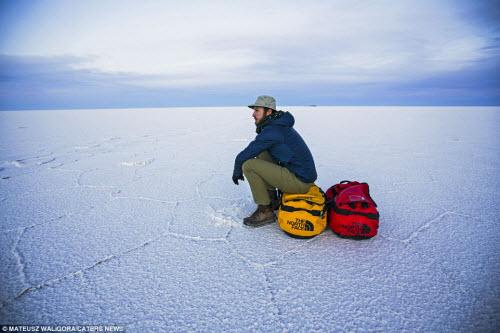 """""""Soái ca"""" một mình khám phá sa mạc muối lớn nhất TG - 9"""