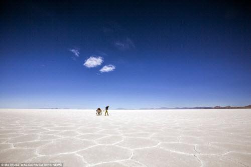 """""""Soái ca"""" một mình khám phá sa mạc muối lớn nhất TG - 10"""
