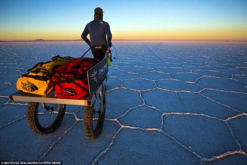 """""""Soái ca"""" một mình khám phá sa mạc muối lớn nhất TG - 11"""