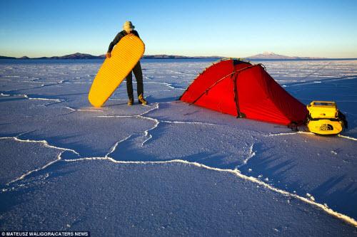 """""""Soái ca"""" một mình khám phá sa mạc muối lớn nhất TG - 13"""