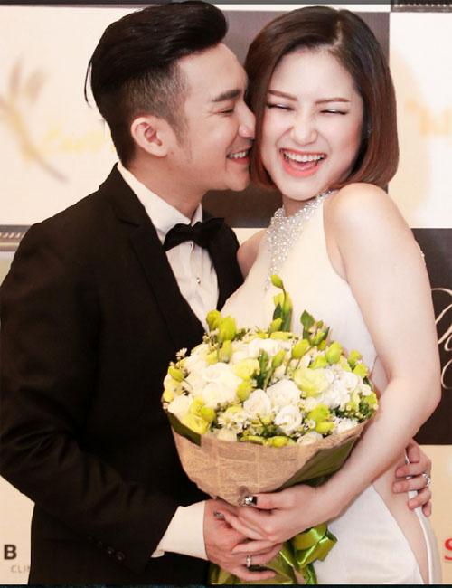 Hương Tràm thẹn thùng khi được Quang Hà ôm hôn - 1