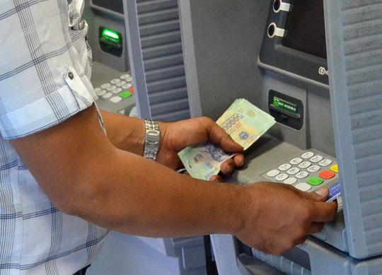 Bớt gánh nặng phí ATM - 1