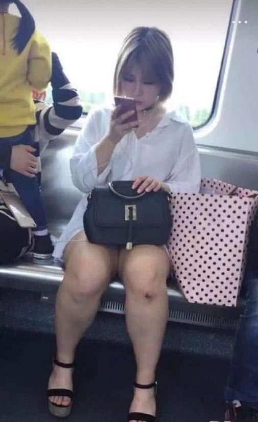 Choáng vì cặp chân voi của hot girl xinh như búp bê - 4