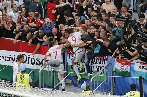 """Ảnh đẹp Euro 15/6: """"Màn mở hội"""" sau lưng Ronaldo - 2"""