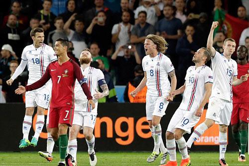 """Ảnh đẹp Euro 15/6: """"Màn mở hội"""" sau lưng Ronaldo - 8"""