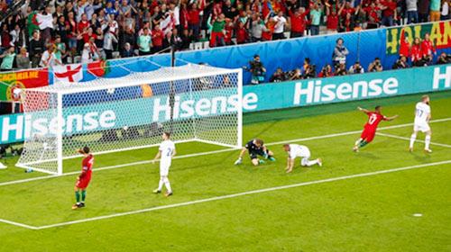 """Ảnh đẹp Euro 15/6: """"Màn mở hội"""" sau lưng Ronaldo - 6"""