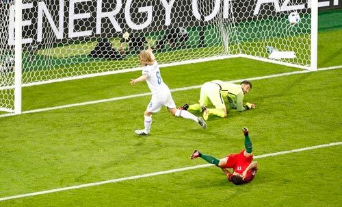 """Ảnh đẹp Euro 15/6: """"Màn mở hội"""" sau lưng Ronaldo - 7"""