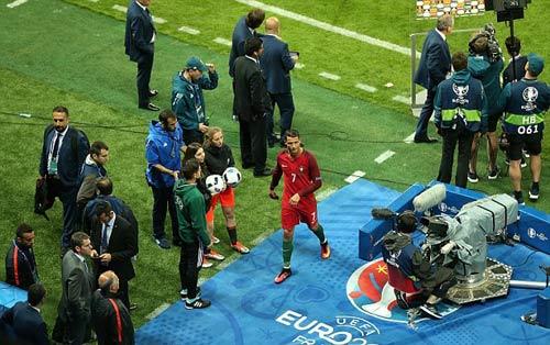 """Ảnh đẹp Euro 15/6: """"Màn mở hội"""" sau lưng Ronaldo - 9"""