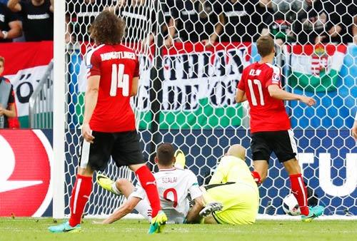 """Ảnh đẹp Euro 15/6: """"Màn mở hội"""" sau lưng Ronaldo - 1"""