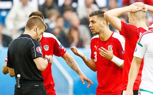 """Ảnh đẹp Euro 15/6: """"Màn mở hội"""" sau lưng Ronaldo - 3"""