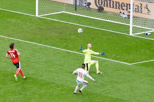 """Ảnh đẹp Euro 15/6: """"Màn mở hội"""" sau lưng Ronaldo - 4"""