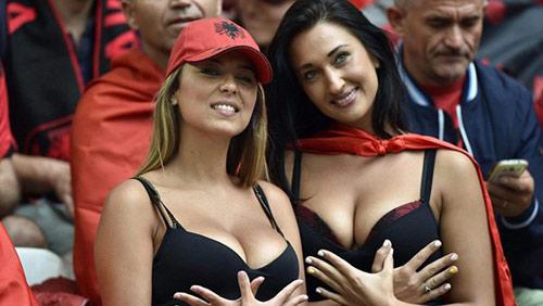 Vẻ đẹp hút hồn của 2 nữ CĐV Albania - 7
