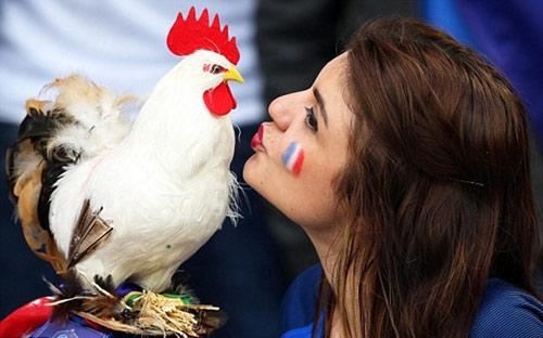 Vẻ đẹp hút hồn của 2 nữ CĐV Albania - 13