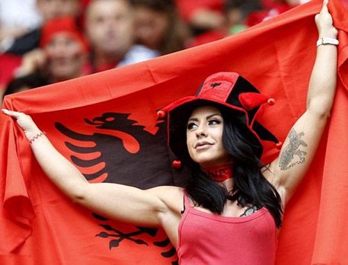 Vẻ đẹp hút hồn của 2 nữ CĐV Albania - 11