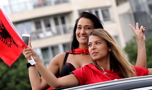 Vẻ đẹp hút hồn của 2 nữ CĐV Albania - 1