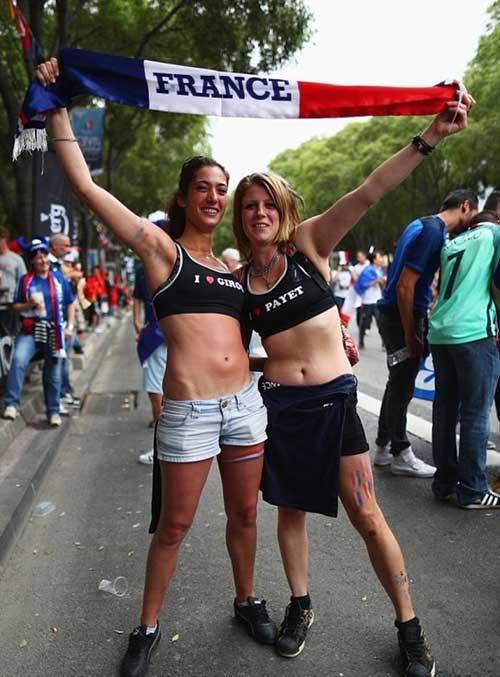 Vẻ đẹp hút hồn của 2 nữ CĐV Albania - 2