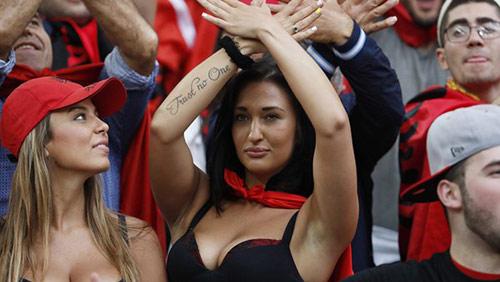 Vẻ đẹp hút hồn của 2 nữ CĐV Albania - 4