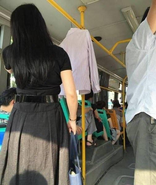 Lý do cô gái treo áo sơ mi trên xe buýt mỗi ngày - 2