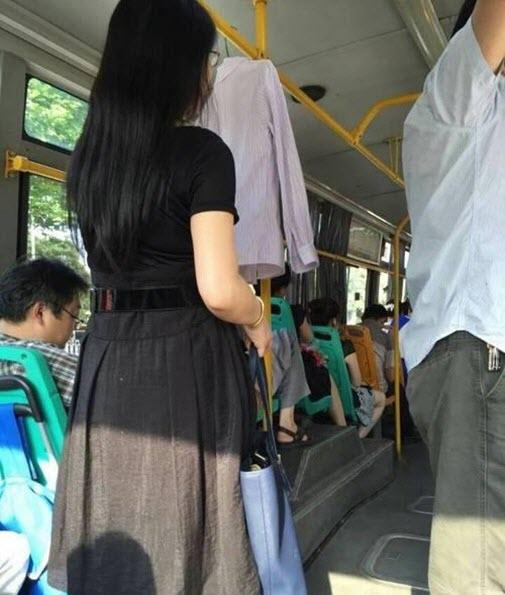 Lý do cô gái treo áo sơ mi trên xe buýt mỗi ngày - 1