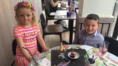 Bé trai 5 tuổi tiết kiệm tiền hẹn hò cùng bạn gái - 1