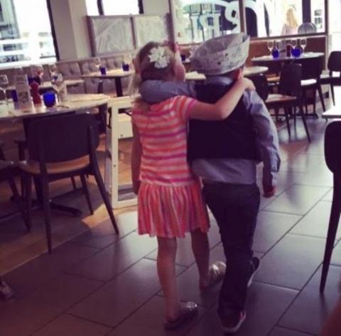 Bé trai 5 tuổi tiết kiệm tiền hẹn hò cùng bạn gái - 3
