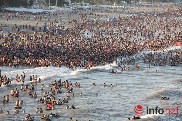 Ảnh: Người ken kín bãi biển Sầm Sơn ngày giữa tuần - 1