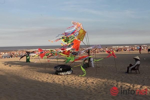 Ảnh: Người ken kín bãi biển Sầm Sơn ngày giữa tuần - 10