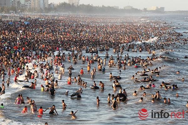 Ảnh: Người ken kín bãi biển Sầm Sơn ngày giữa tuần - 2