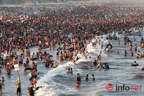 Ảnh: Người ken kín bãi biển Sầm Sơn ngày giữa tuần - 3