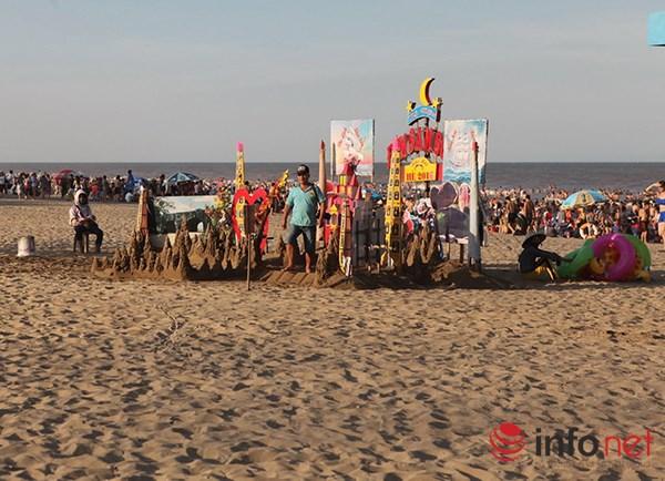 Ảnh: Người ken kín bãi biển Sầm Sơn ngày giữa tuần - 4