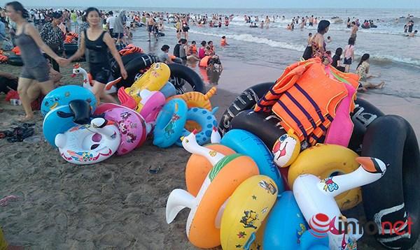 Ảnh: Người ken kín bãi biển Sầm Sơn ngày giữa tuần - 5