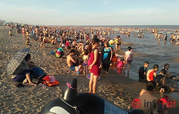 Ảnh: Người ken kín bãi biển Sầm Sơn ngày giữa tuần - 6